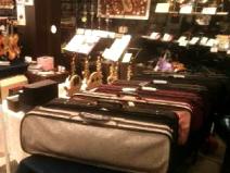 楽器本体はもちろん、楽器ケースや楽器小物まで数多く取り揃えております。