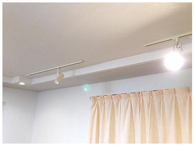 壁にボードを貼りその上からクロスを貼る事により音の反射を実現。