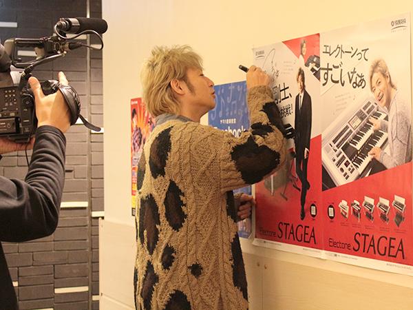 つるの剛士さんと、yaSya(富岡ヤスヤ)さんにはスガナミミュージックサロン多摩内のポスターにサインをしてもらいました。