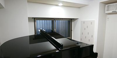 グランドピアノとコントラバスのためのレッスン・練習室