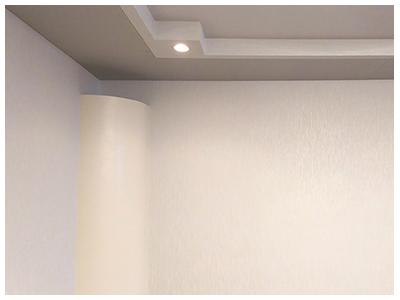 下がり天井を設置する事により吸音。反射しすぎないよう調整も行いました。