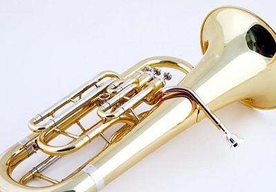 ユーフォニアムを吹いている方は、誰もが経験したことがあるのではないでしょうか。フルートやトランペットなどと比べ知名度が低いこの楽器ですが、吹奏楽においては、